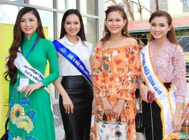 Nguyễn Bích Ngọc (bìa phải), Tô Mai Thùy Dương (áo trắng) và Trương Thái Thùy Dương (áo dài xanh) cùng hội ngộ tại đất Tây Đô.