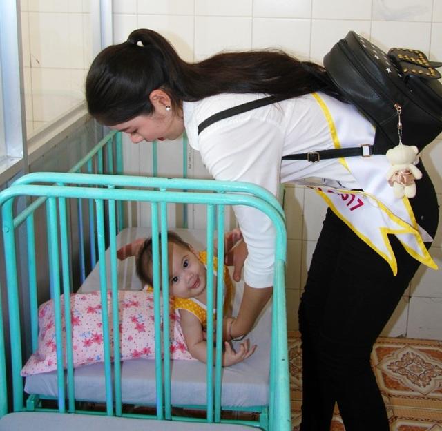 Người đẹp Hoa khôi Nam Bộ xúc động thăm những mảnh đời bất hạnh - 3