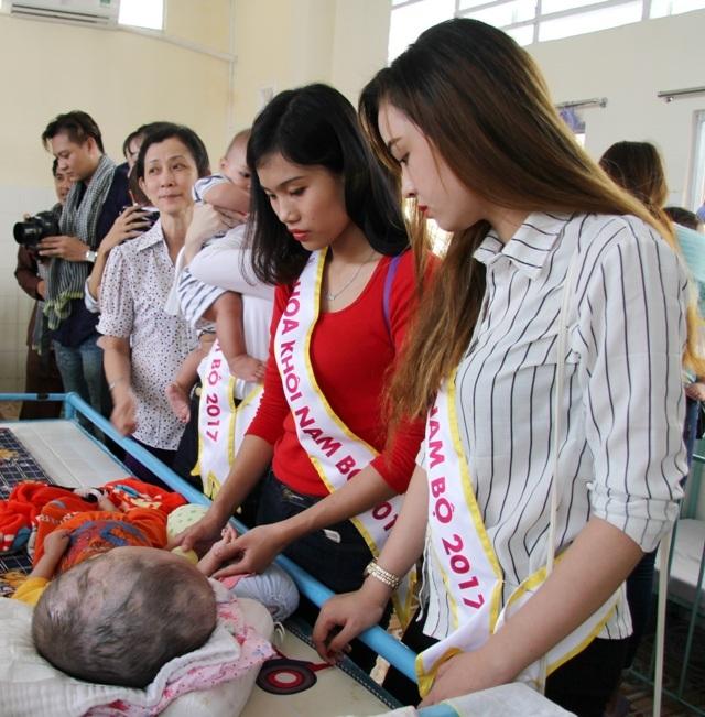 Người đẹp Hoa khôi Nam Bộ xúc động thăm những mảnh đời bất hạnh - 5