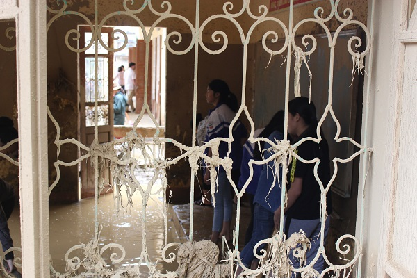 Các em học sinh lớp 8A, trường THCS Võ Thị Sáu đang dọn dẹp lớp học của mình