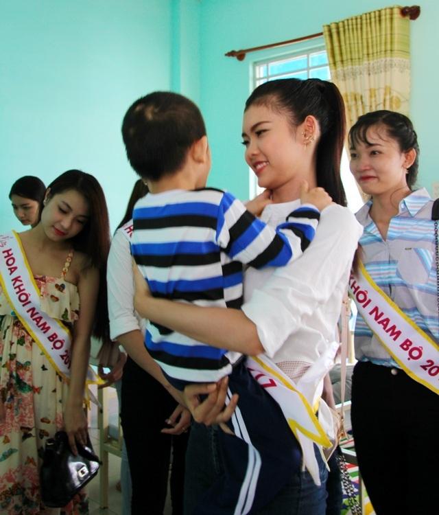 Người đẹp Hoa khôi Nam Bộ xúc động thăm những mảnh đời bất hạnh - 8