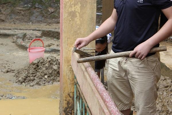 Em Lưu Thanh Tùng đang cạo bùn thì bị gãy cán cào