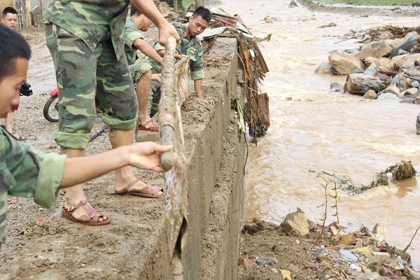 Lực lượng bộ đội tham gia hỗ trợ dọn dẹp