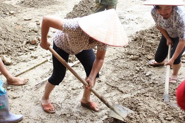 Cô Đinh Thị Hương, 53 tuổi, phụ huynh của cháu Đào Duy Hưng học lớp 9A1 cho biết: Ngay sau khi biết tin ngôi trường con trai mình đang học bị lũ tàn phá, tôi đã cùng với bà con và các phụ huynh khác đến đây dọn dẹp từ sáng ngày 3/8. Mong muốn lớn nhất của cô bây giờ là khôi phục lại ngôi trường để cho con có thể kịp tham dự ngày khai giảng vào ngày 5/9 sắp tới