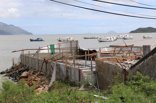 Nhà dân tan hoang sau bão số 12 ở bên đầm Nha Phu, thị xã Ninh Hòa (Khánh Hòa)