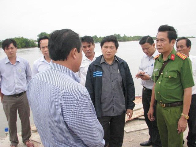 Ông Lê Văn Sử - Phó Chủ tịch tỉnh Cà Mau (giữa) đi kiểm tra công tác ứng phó áp thấp nhiệt đới tại huyện Ngọc Hiển. (Ảnh: Huỳnh Hải)