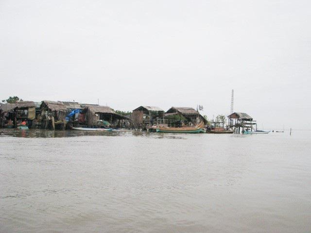 Khu vực nhà dân ở cửa biển xã Đất Mũi, huyện Ngọc Hiển (Cà Mau) rất sơ sài, nên khó chống chọi khi có áp thấp hoặc bão đổ vào.