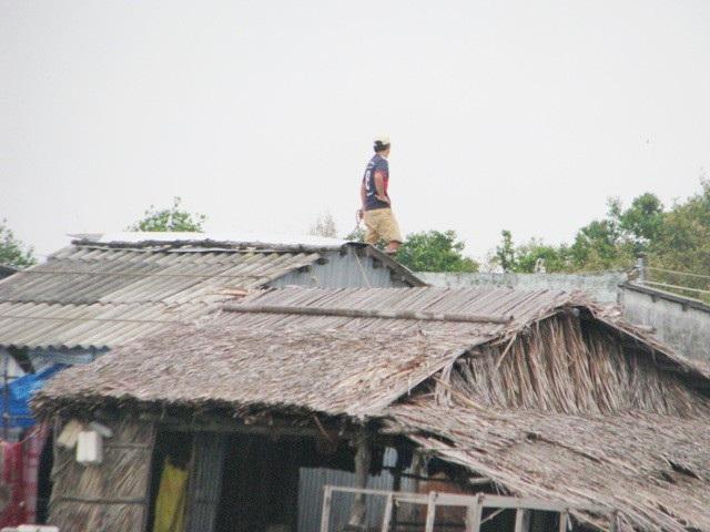 Người dân thị trấn Gạch Gốc chằng chống nhà cửa trước áp thấp nhiệt đới.