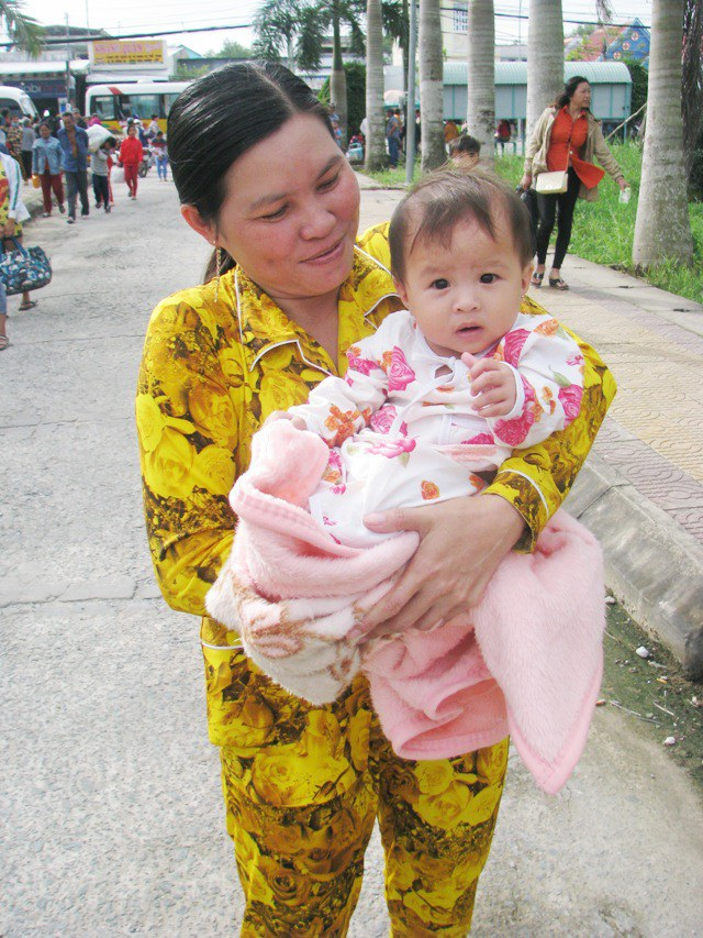 Một em bé mới 7 tháng tuổi theo mẹ chạy bão.