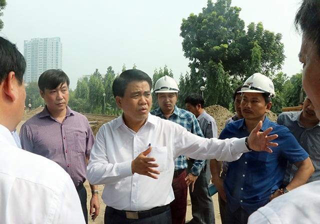 Gần 10h sáng nay, ông Nguyễn Đức Chung - Chủ tịch UBND TP Hà Nội xuống công trường kiểm tra tiến độ đánh chuyển cây xanh trên đường Phạm Văn Đồng