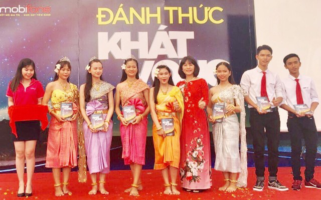 Những cuốn sách Đánh thức khát vọng trong tủ sách Hạt giống tâm hồn được trao tận tay các em học sinh dân tộc Khmer sẽ góp phần khơi dậy và đánh thức tiềm năng vươn lên thành công của các em.
