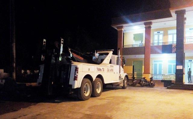 Xe kéo hạng nặng của Cục Đường bộ lúc 21h đêm vẫn còn đậu ở nhà điều hành BOT Cai Lậy. Hầu như trong ngày 4/12, xe này không được sử dụng.