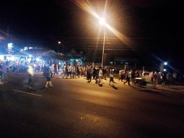 Rất đông người dân và tài xế diễu hành qua lại Trạm thu phí BOT Cai Lậy bày tỏ vui mừng sau khi Thủ tướng quyết định dừng thu phí 1 tháng. (Ảnh chụp lúc 20h35 phút).