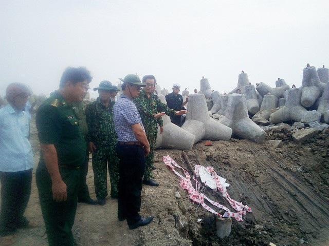 Bí thư Tỉnh ủy Bạc Liêu Nguyễn Quang Dương (người đưa tay) chỉ đạo công tác ứng phó bão số 16 vừa qua tại huyện Đông Hải, tỉnh Bạc Liêu. (Ảnh: Huỳnh Hải)