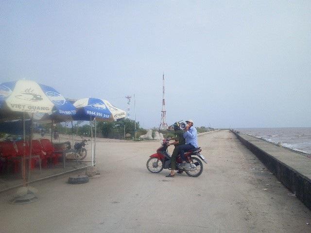 Lực lượng chức năng phát loa sơ tán dân tại Gành Hào, Bạc Liêu.