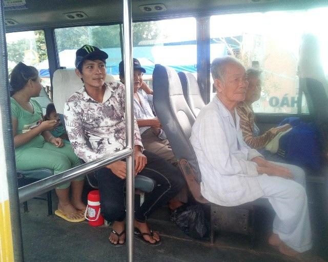 Người già, phụ nữ, trẻ em ở thị trấn Gành Hào, huyện Đông Hải (Bạc Liêu) được địa phương bố trí xe buýt để di dời đến nơi an toàn.