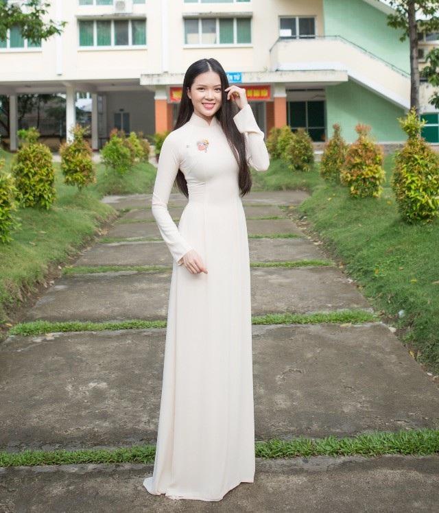 Hoa khôi Huỳnh Thúy Vi dịu dàng trong tà áo trắng trở về trường cũ thăm lại thầy cô giáo dạy mình ở bậc Cao đẳng.