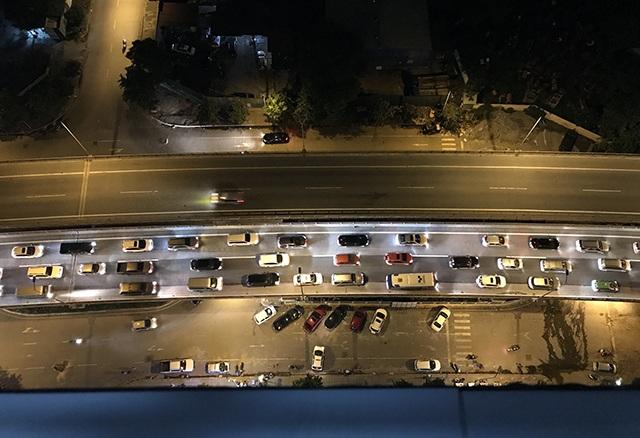 Ô tô xếp hàng ba kín mặt đường trên cao