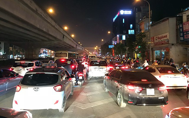 """""""Ngấp nghé"""" Noel và Tết Dương lịch, đường phố Hà Nội ùn tắc nghiêm trọng - 5"""