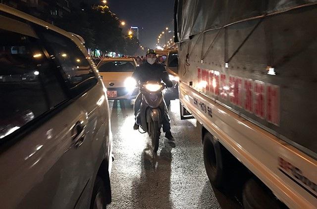 Người điều khiển xe máy bị ô tô giam trong giá rét