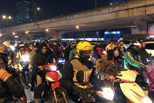 Ùn tắc giao thông, câu chuyện thường xảy ra ở TP Hà Nội, nhưng vào dịp cuối năm nay, tình hình nghiêm trọng hơn