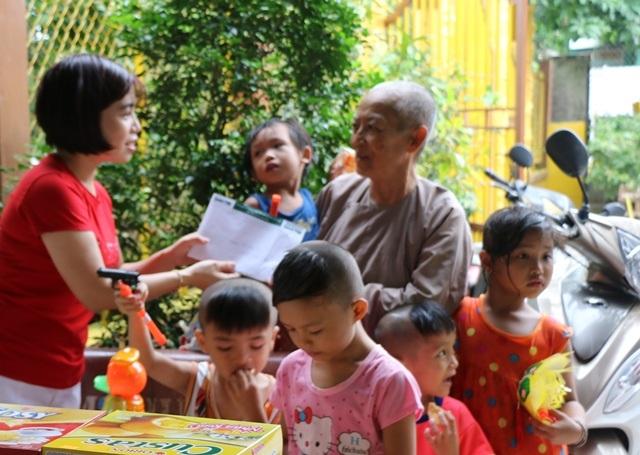 Nhà báo Phạm Tâm - Phó trưởng VP Đại diện báo Dân trí tại Cần Thơ, trao số tiền 10 triệu đồng của bạn đọc hỗ trợ cho sư Diệu Minh