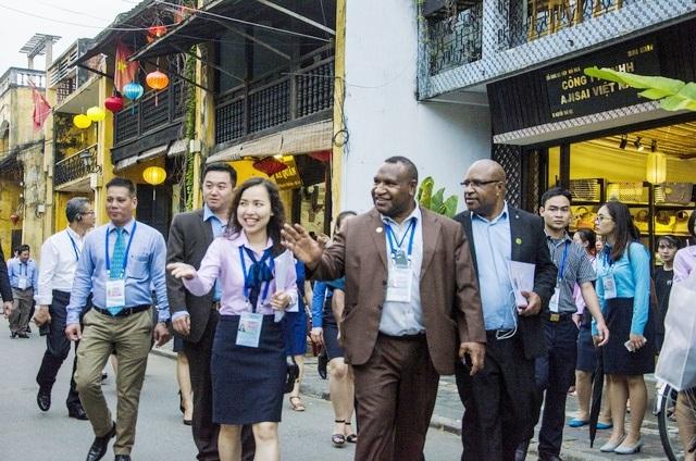 Các đại biểu tham dự Hội nghị Bộ trưởng Tài chính APEC tham quan phố cổ Hội An ngày 21/10. (Ảnh: Công Bính)