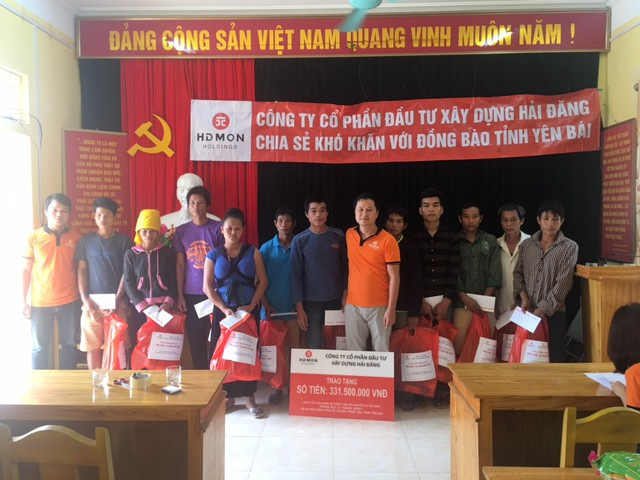 Đại diện Công ty Hải Đăng còn trao 165 triệu đồng giúp 11 hộ dân bị cuốn trôi nhà cửa tại xã Phúc Sơn, huyện Văn Chấn, tỉnh Yên Bái