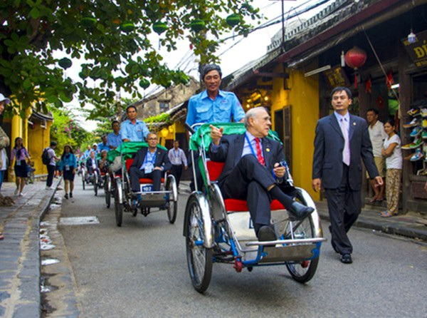 Đại biểu dự Hội nghị Bộ trưởng Tài trưởng APEC hồi tháng 10 vừa qua tham quan phố cổ Hội An
