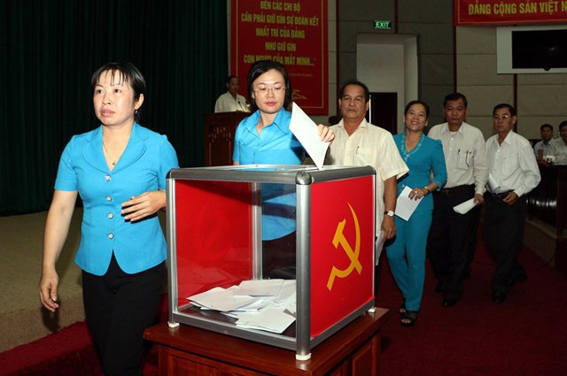 Các đại biểu bỏ phiếu tín nhiệm chức danh Bí thư Tỉnh ủy Hậu Giang