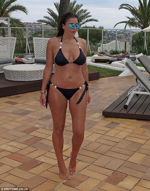Người đẹp 35 tuổi khoe dáng săn chắc và khỏe mạnh bên bể bơi ngày 25/6 vừa qua