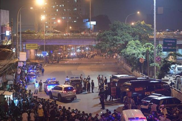 Lực lượng an ninh tại hiện trường 2 vụ nổ bom liên tiếp tại Jakarta tối 24/5 (Ảnh: Reuters)