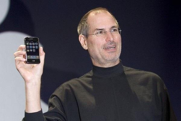 CEO Steve Jobs giới thiệu chiếc iPhone đầu tiên vào năm 2007, mở đầu cho sự thay đổi của thị trường di động và kéo theo đó là sự thay đổi của cả thế giới