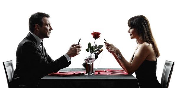 Những cuộc hẹn hò giờ đây trở nên nhàm chán hơn vì smartphone