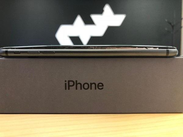 Chiếc iPhone 8 Plus của Anthony Wu bị bung màn hình ngay từ khi mở hộp và chưa sử dụng