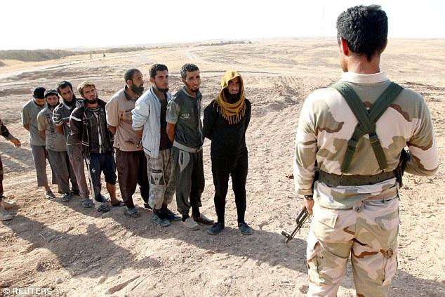 Phiến quân IS đầu hàng lực lượng quân đội Iraq. (Ảnh: Reuters)