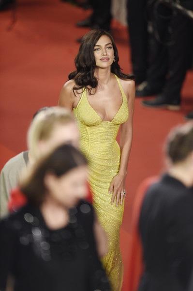 Bạn gái cũ của danh thủ Ronaldo đẹp hoàn hảo trong bộ váy vàng rực