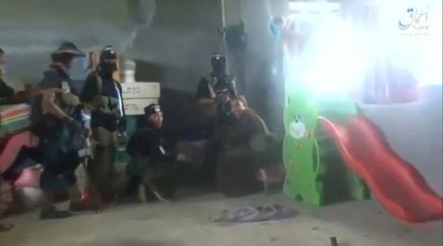 Ảnh chụp màn hình đoạn video tuyên truyền do IS công bố cho thấy các tay súng phiến quân ẩn nấp bên trong một căn nhà để chiến đấu với quân đội chính phủ Philippines (Ảnh: Reuters)