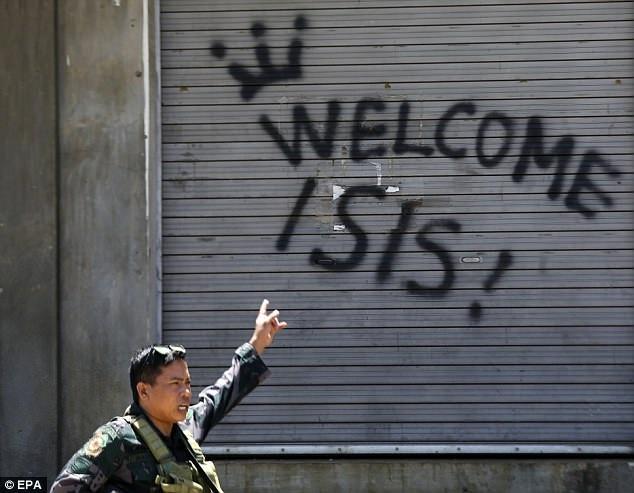 Dòng chữ Chào đón IS xuất hiện trong cuộc giao tranh giữa quân đội chính phủ và phiến quân thân IS tại thành phố Marawi, Philippines (Ảnh: EPA)