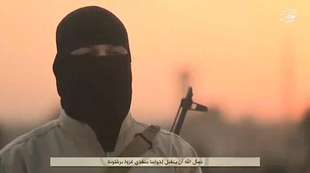 Một tay súng IS xuất hiện trong video kêu gọi tấn công Tây Ban Nha (Ảnh: Dailymail)