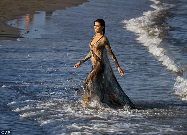 Isabeli Fontana khoe dáng vóc siêu mẫu trên bãi biển Venice - 14