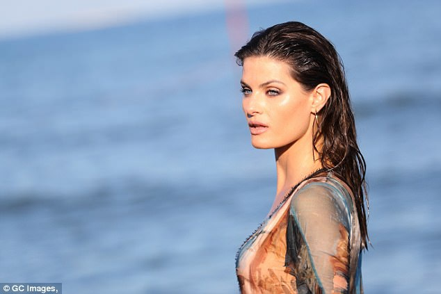 Isabeli Fontana khoe dáng vóc siêu mẫu trên bãi biển Venice - 3