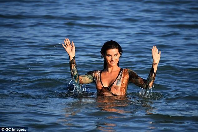 Isabeli Fontana đang có mặt tại Venice, Ý, để tham dự LHP quốc tế Venice năm 2017. Cô tranh thủ đi tắm biển và ghi lại một số hình ảnh làm kỷ niệm tại đây.