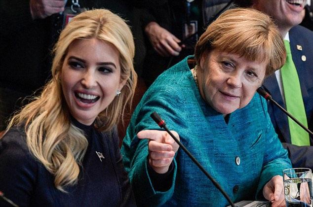 Ivanka ngồi cạnh Thủ tướng Đức Angela Merkel trong một sự kiện tại Nhà Trắng hồi tuần trước (Ảnh: EPA)