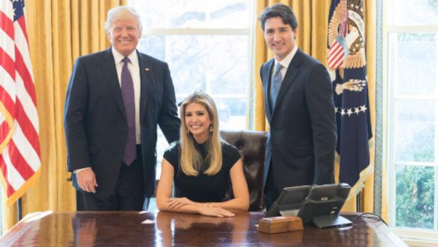 Ivanka Trump (giữa) trong bức ảnh chụp chung với Tổng thống Mỹ Donald Trump (trái) và Thủ tướng Canada Justin Trudeau tại Phòng Bầu Dục, Nhà Trắng hôm 13/2 (Ảnh: CBS)