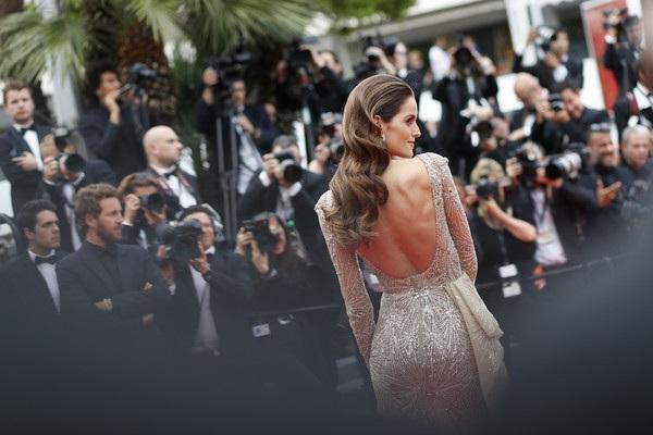 Siêu mẫu Brazil diện bộ váy màu da đính pha lê, kim sa tuyệt đẹp