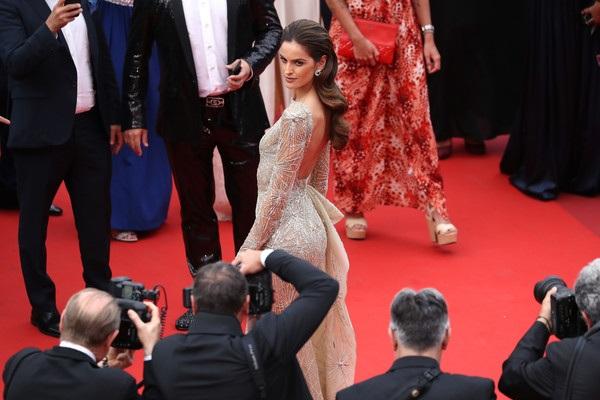 Izabel Goulart là khách VIP của LHP Cannes năm nay và xuất hiện trên thảm đỏ nhiều buổi công chiếu phim lớn.