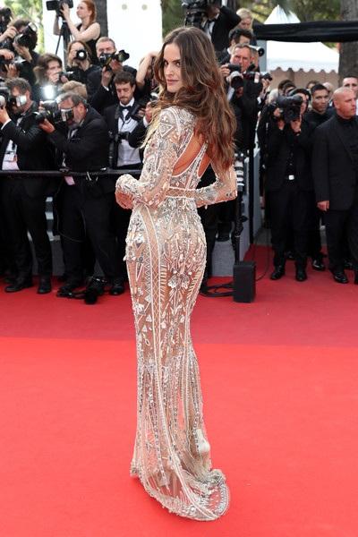 Người đẹp 33 tuổi diện bộ váy kiêu sa của Roberto Cavalli