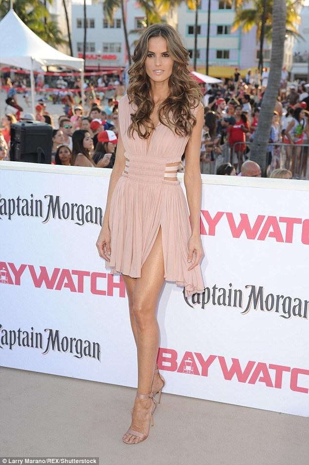 Izabel Goulart quyến rũ dự công chiếu bộ phim Baywatch tại Miami, Florida, Mỹ ngày 14/5 vừa qua. Người đẹp Brazil tham gia 1 vai nhỏ trong phim này