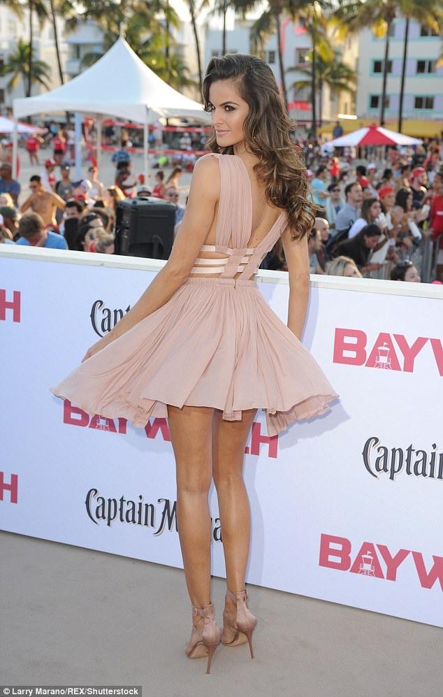 Siêu mẫu áo tắm 33 tuổi nổi bật trong bộ váy màu nude giá gần 4000 đô la. Cô từng là cựu thiên thần Victorias Secret